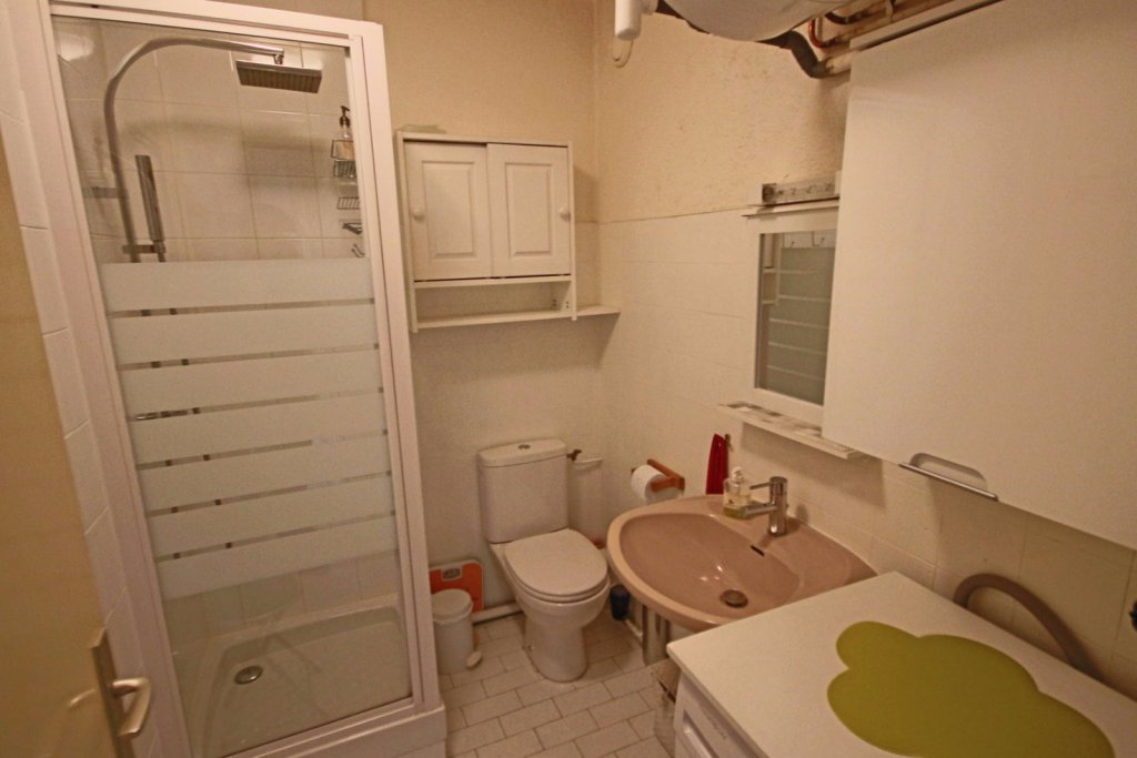 location marseille 13008 rouet prado studio meubl avec parking. Black Bedroom Furniture Sets. Home Design Ideas